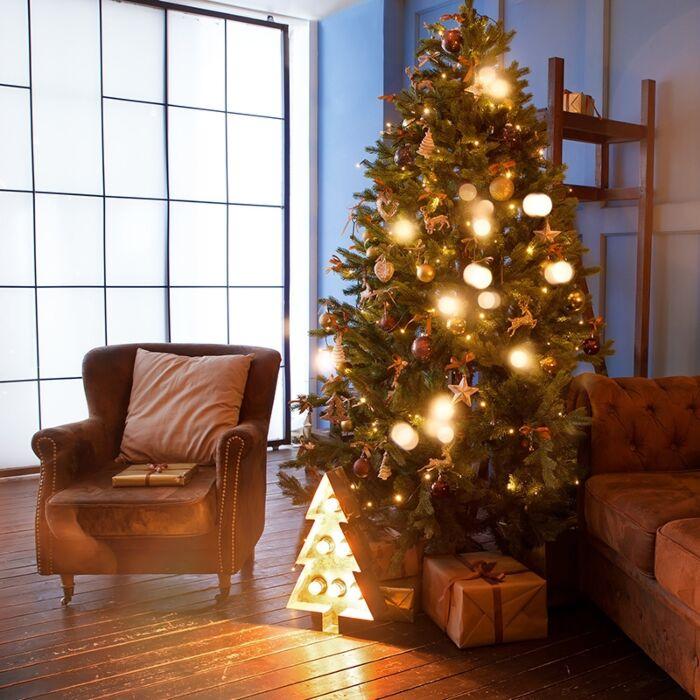 Weihnachtsbaum-in-grün-mit-warmweißen-LEDs-2,1-m
