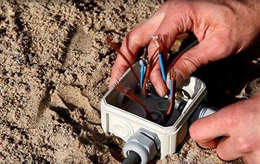 1. Tip: Erdkabel mit dem Bodenstrahler verbinden